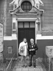 Elżbieta, córka Anny z mężem przed kamienicą przy ulicy Mickiewicza w Poznaniu. Fot. Zbigniew Pakuła